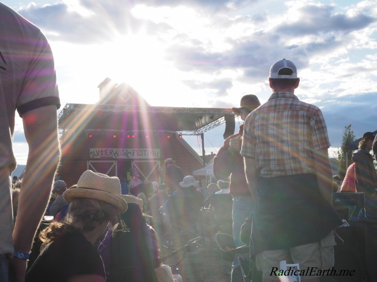 The afternoon sun shines on the festival go'ers